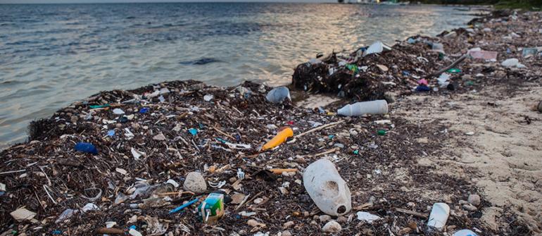 Le bateau qui dépollue les océans de plusieurs tonnes de plastique par jour : The Interceptor