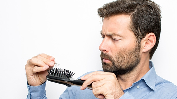 Quelles sont les causes de la chute des cheveux ?